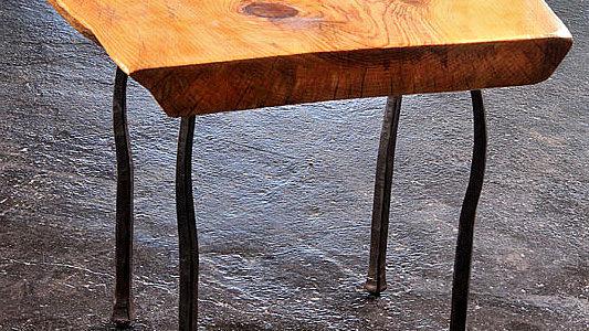 שולחן קפה מעץ אורן ורגלי ברזל בנפחות