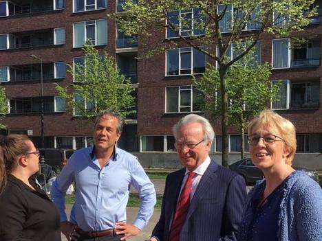 Interim burgermeester Van Aartsen en stadsdeelbestuurder Ivar Manuel bezoeken Joris Ivensplein