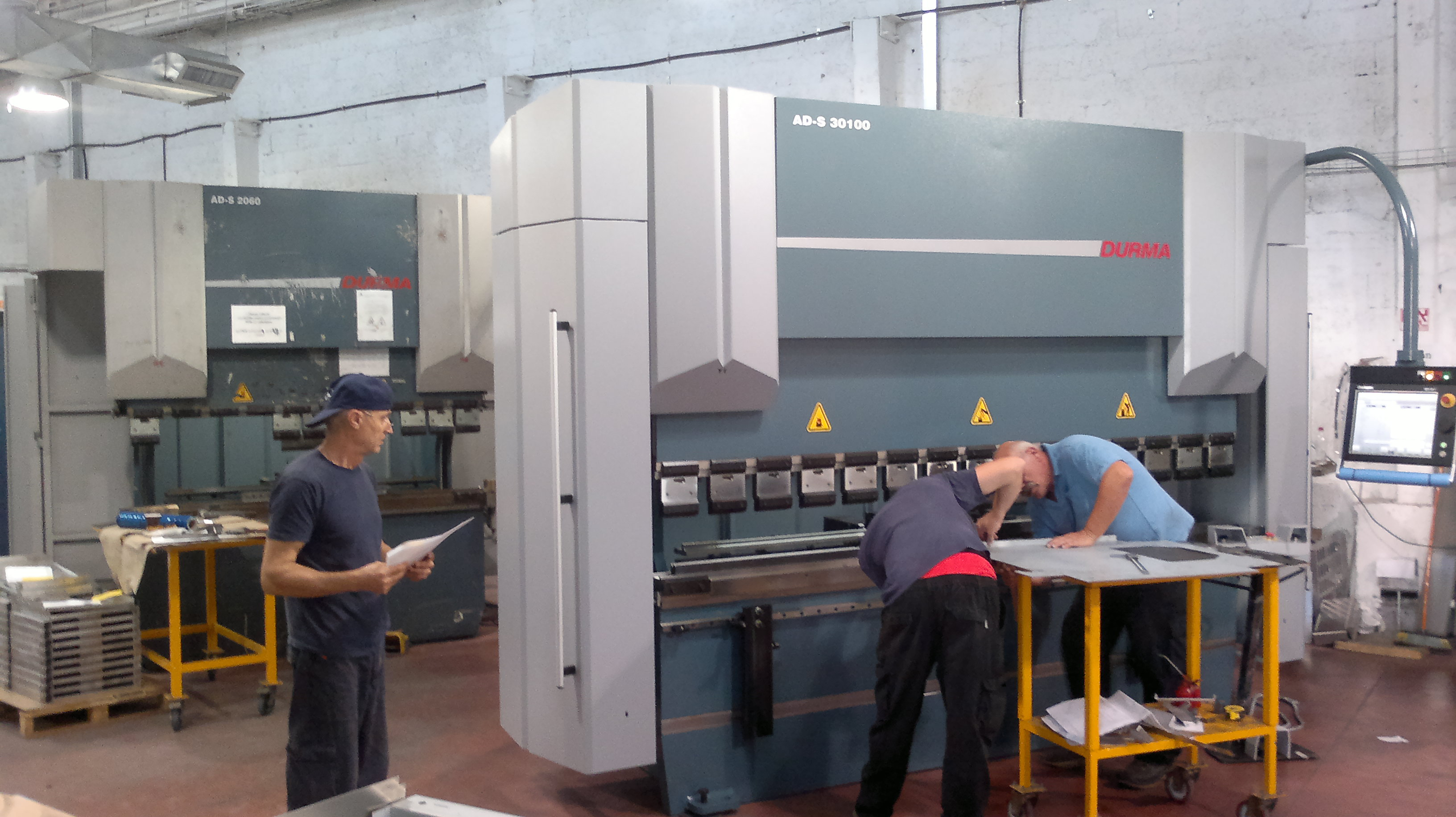 מכונה לכיפוף פחים, במפעל בחולון 2015