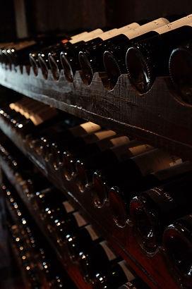 bouteilles de vin au repos allignées