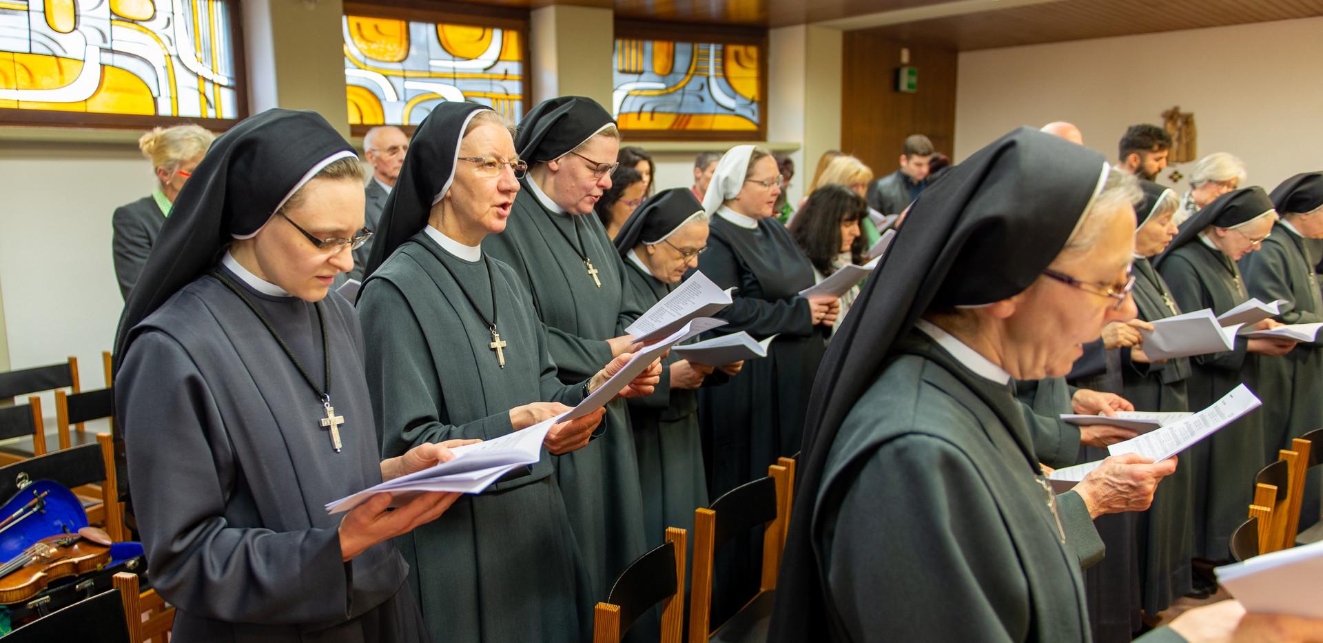 Froher Gesang der Gemeinschaft mit der Bitte um den Beistand des Heiligen Geistes