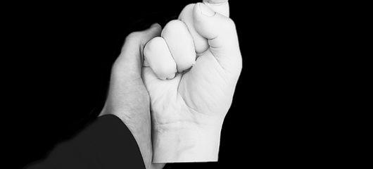 Une main tenant la main artificielle