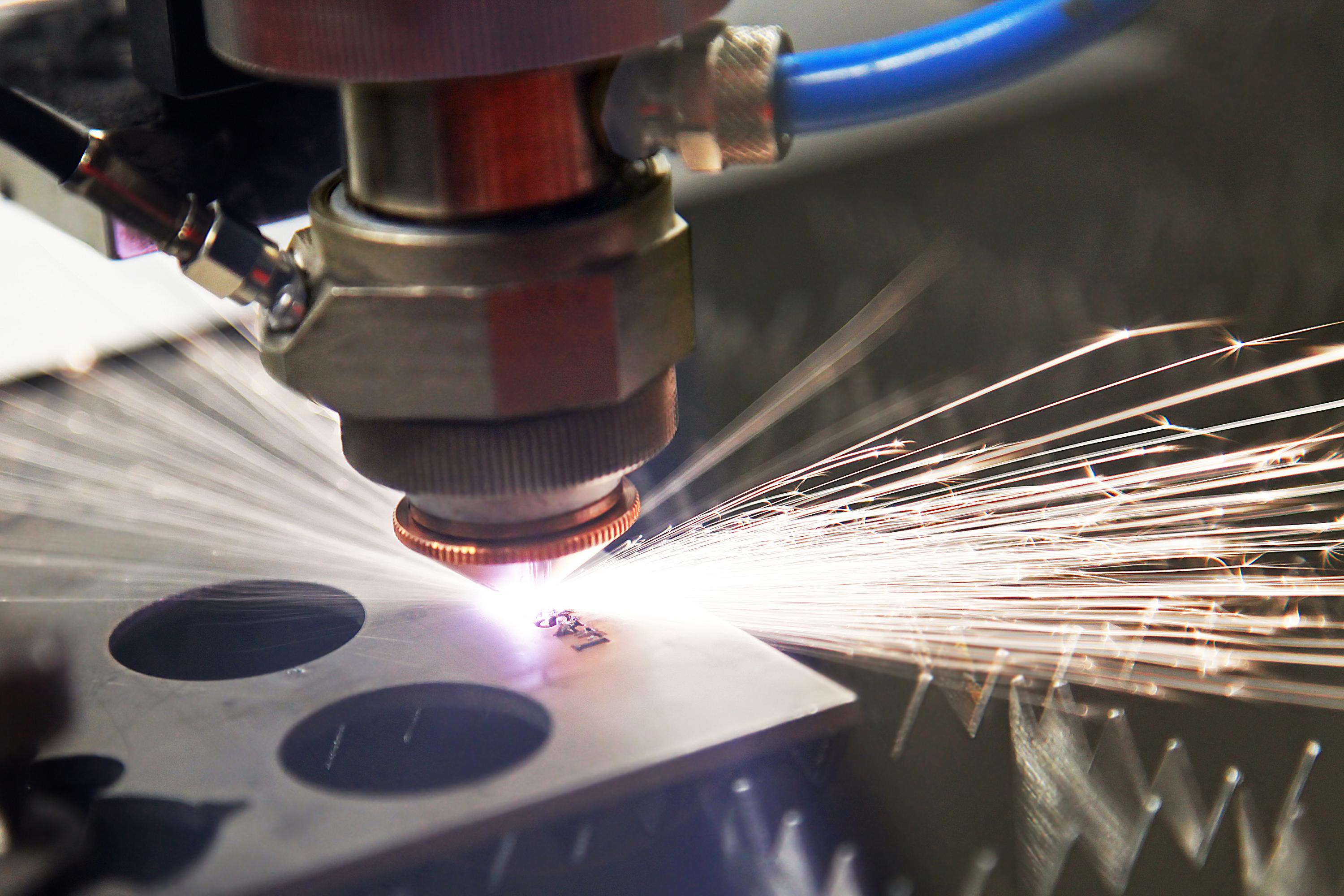cutting-steel-with-a-laser-H8MDNBF