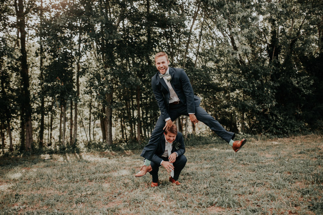 silly groomsmen pose