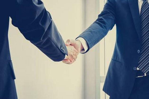 37063756-기업인의-악수-성공-거래-및-비즈니스-파트너-개념-소프트