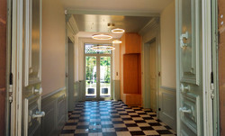 Boiseries, penderie, luminaire d'un hall d'entrée