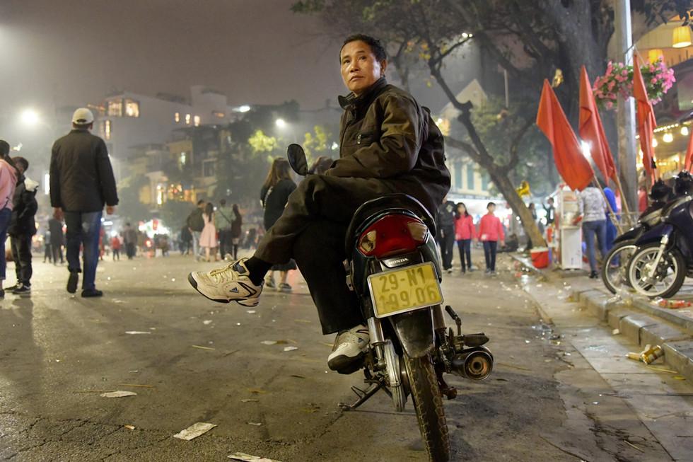 A calm attitude amidst the bustle of Tet in Hanoi, Vietnam
