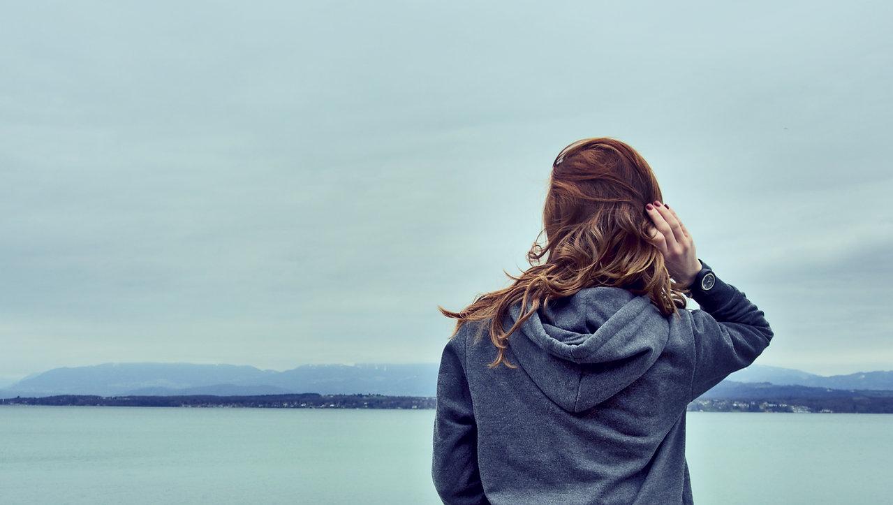 Mädchen durch den See