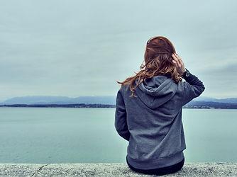 호수에 의해 소녀