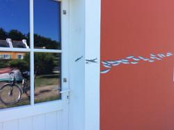 De belles Sardines Dilo peintes sur un mur de maison Belliloise....