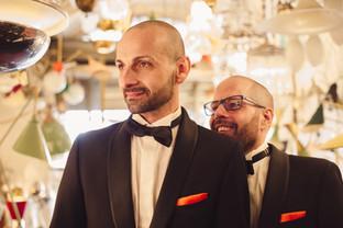 45-matrimonio-gay-lampadari-sposo-occhia