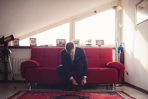 15-reportage-sposo-scarpe-divano.jpg