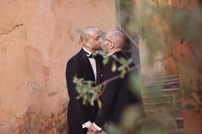 53-matrimonio-gay-bacio-scalinata-uomini