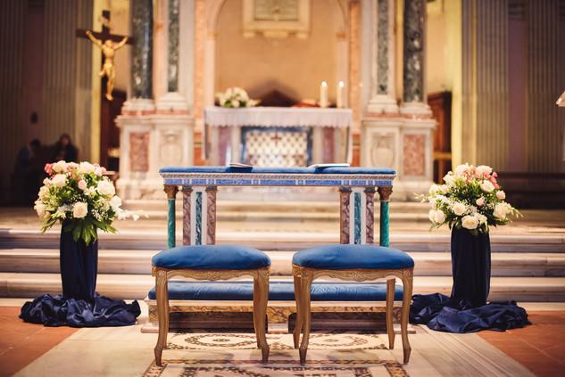 30-altare-velluto-sgabello-sposi-chiesa.