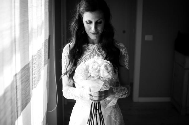 22-sposa-reportage-bouquet-finestra.jpg