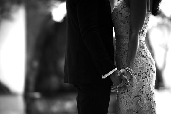 01-mano-nella-mano-sposi.jpg