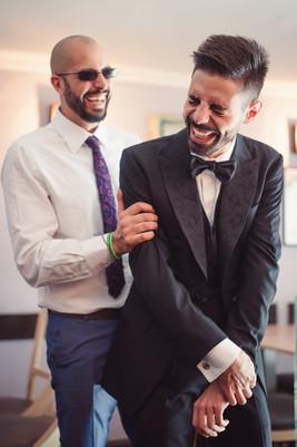 006-ridere-sposo-amico-vestito-allegria.
