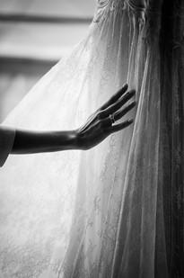 042-toccare-vestito-mano-silhouette.jpg