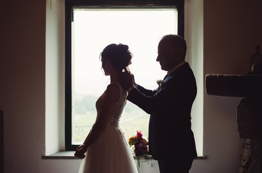 042-padre-sposa-sistemare-finestra-abito