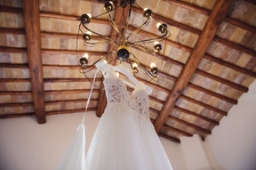004-abito-sposa-lampadario-travi-legno.j