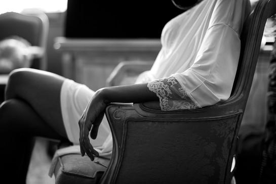 06-sposa-sedia-mano-trucco.jpg