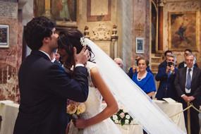 41-bacio-sposa-testa-sposo.jpg