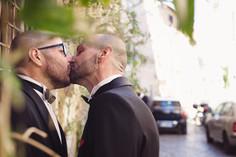 48-matrimonio-gay-bacio-uomini-papillon.