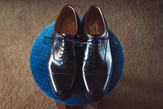 003-scarpe-cuoio-uomo-sgabello-moquette.