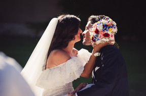 47-bacio-sposi-bouquet.jpg