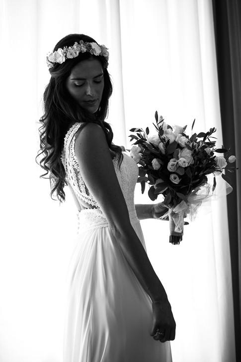 038-moda-sposa-b&w-bouquet-finestra.jpg