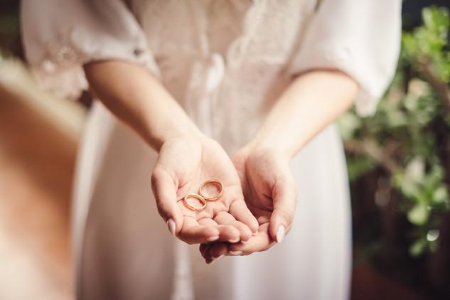 00-mano-anelli-sposa-vestaglia.jpg