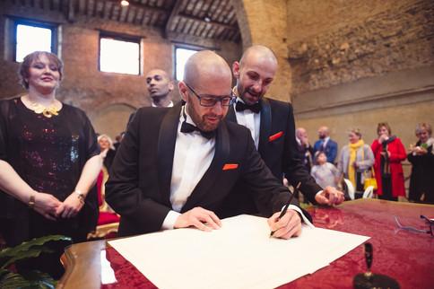 32-matrimonio-gay-firma-sposo.jpg