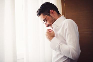 03-camicia-sposo-occhiali-sorriso.jpg