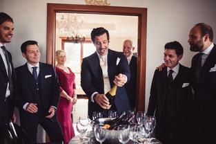 026-brindisi-champagne-sposo-amici-casa.
