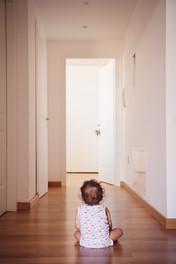 09-bambino-attesa-corridoio-porta.jpg