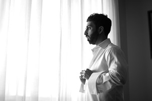011-camicia-sposo-finestra-abbottonare.j