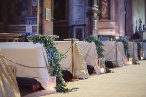 050-banchi-sedute-invitati-fiori-chiesa.
