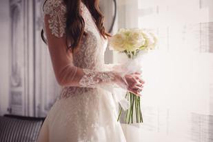 20-bouquet-spoasa-mani-vestito-finestra.