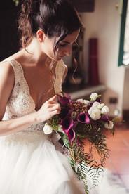 037-sposa-bouquet-sguardo-cotto-mano.jpg