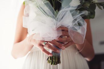 040-bouquet-mani-sposa-anello-velo.jpg