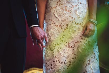 27-sposo-mano-celebrazione-abito-sposa.j