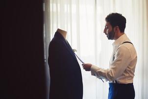 020-manichino-cravatta-finestra-tende-gi