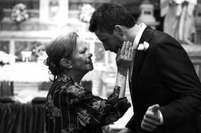 25-mamma-sposo-carezza-chiesa.jpg
