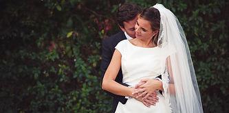 sposa-mano-nella-mano-bacio-collo.jpg