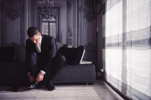 09-scarpe-paggetto-sposo-divano.jpg