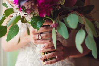 048-bouquet-mani-anello-abito-smalto.jpg