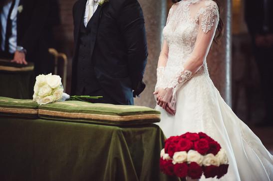 35-altare-bouquet-sposa-sposo-velluto.jp
