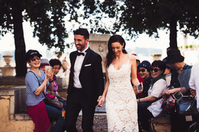 36-sposo-sposa-foto-turisti.jpg