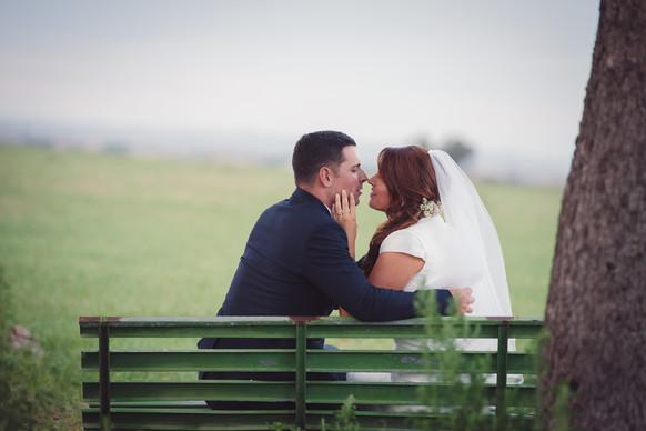 ritratti-sposi-bacio-panchina.jpg