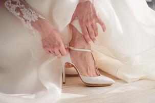 17-laccetto-scarpe-sposa-mani-abito.jpg